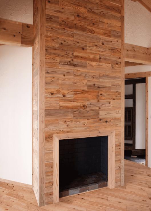薪ストーブと一体になったデザインウォールの施工例